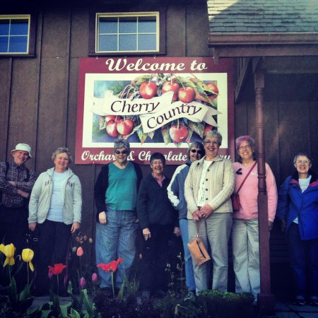 Rickreall, Όρεγκον: A tour group visits from Portland Parks and Recreation Senior Tours