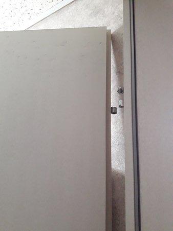 Hotel Loewen: Door coming apart