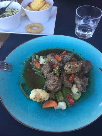 Ouddorp, Nederland: Ossenhaaspuntjes met verse groentes en heerlijke saus