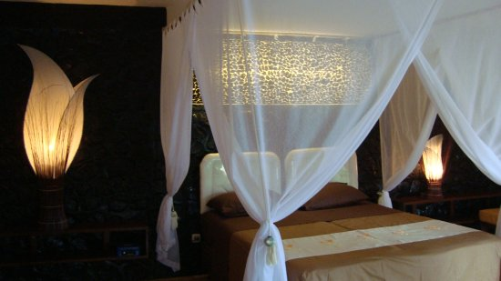 Villa Arjuna: One of the romantic rooms near the sea with the queen size bed, bathroom and large terrace overl