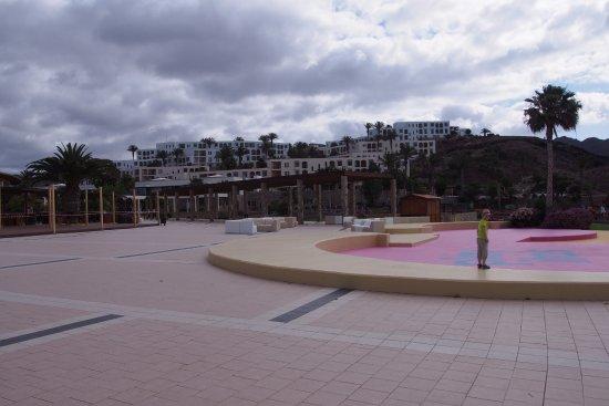 Tuineje, España: Plaza Rambla mit Blick auf das Hotel Playitas