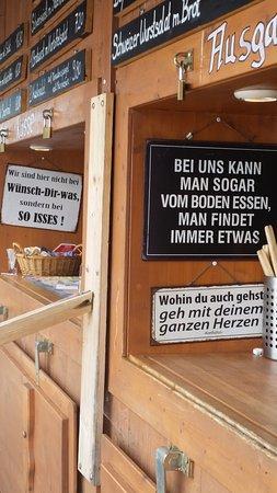 Seeshaupt, Germania: Eifnache Küche mit coolen Sprüchen