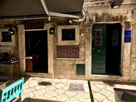 Apartments and Rooms Lejletul: The street on which Apartments Lejletul and Taj Mahal Bosnian restaurant reside. The wonderful c
