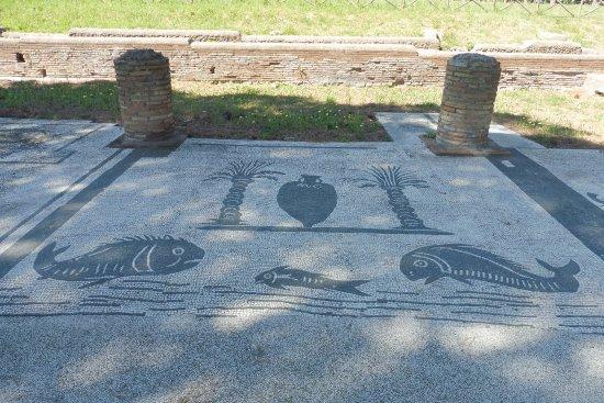 Ostia Antica, Italy: 魚屋(?)の店先のモザイク
