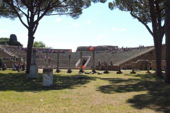 Ostia Antica, Italien: 劇場(トルコのより小さいけどそこそこ立派)