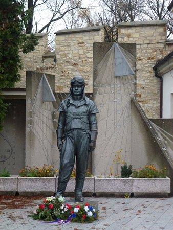 Štefánikova hvězdárna: Памятник Милану Ростиславу Штефанику