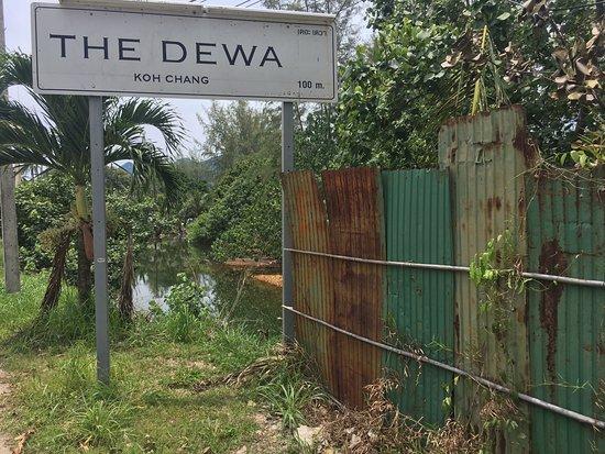 The Dewa Koh Chang: На берегу сточной речки-вонючки