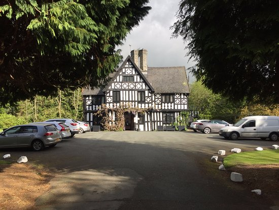 Caersws, UK: Main hotel building