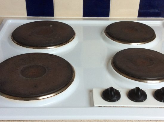 Kingsteignton, UK: Middle of electric hobs rusty and dirty.