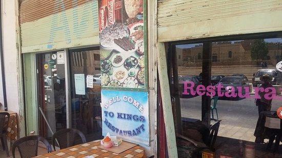 Karak, Jordania: Con artist! The owner is a crook, do not eat here.