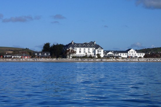 Garryvoe, Ирландия: The hotel viewed from Ballycotton bay