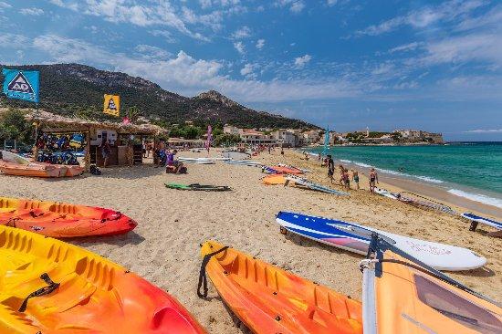 Algajola, Γαλλία: Centre d'activités nautiques : kayak, voile, stand up paddle, bouées tractées, jet ski