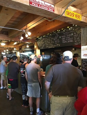 Cloudcroft, Nuevo Mexico: Line at Mad Jacks to order