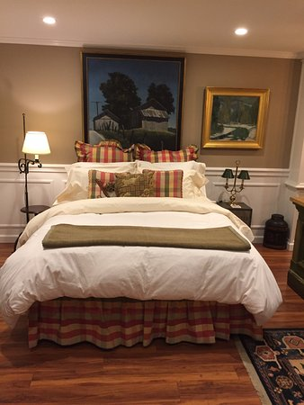 The Welsh Hills Inn: Queen bed, lower suite