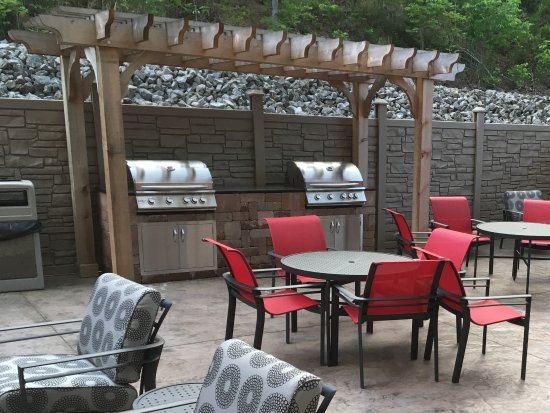 Salem, VA: I don't know if the whole picture is showing, but this is a great outdoor space!