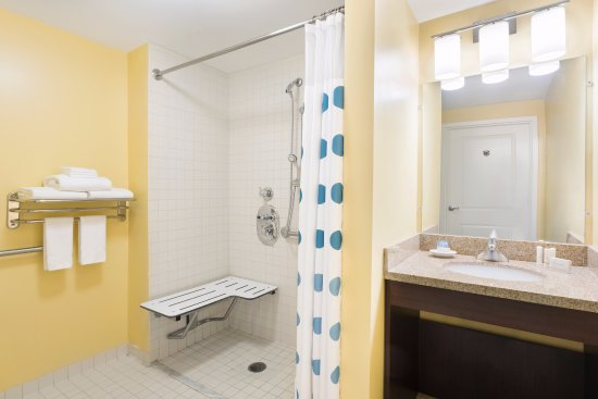 TownePlace Suites Shreveport-Bossier City: ADA Suite Bathroom with roll in shower.
