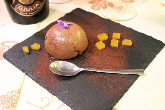 Fiumicello, Italy: Monoporzione al cioccolato e mango in abbinamento a birra artigianale scura