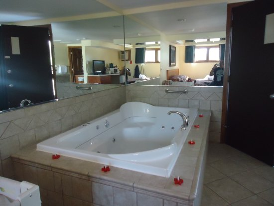 oversized private bathtubs | very large jacuzzi tub :) - Picture of Black Hawk Motel ...