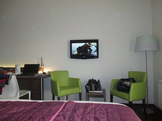 coin salon tele dans la chambre - Picture of Hotel & Aparthotel ...