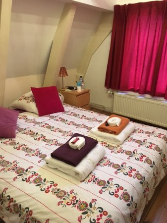 CityCenter Bed and Breakfast Amsterdam: Excellent bed, beauty decoration.