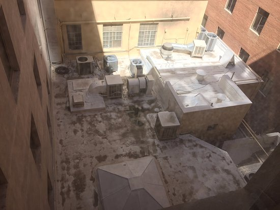Hotel San Carlos: My beautiful view from my room of a disgusting rooftop
