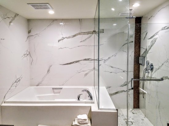 Hotel Xilo Glendale: Jacuzzi and Shower