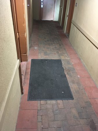 Howard Johnson Inn Flagstaff University West: dirty halway