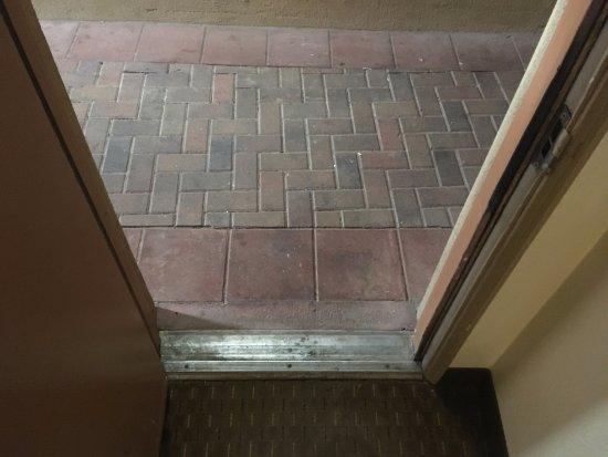 Howard Johnson Inn Flagstaff University West: dirty entry