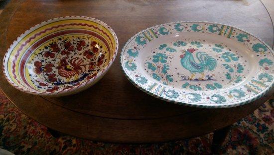 Ceramiche d'Arte Carmela: Side by side: Red Rooster Derruta/Carmela and 1951 Green Rooster Deruta platter