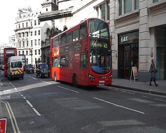 Bond Street : les nouveaux bus moins sexy que les anciens