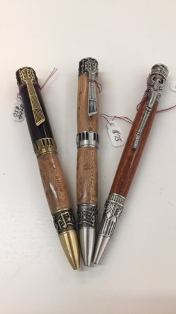 Weaverville, Северная Каролина: In addition to the pottery, there is also a selection of hand crafted pens with various woods.