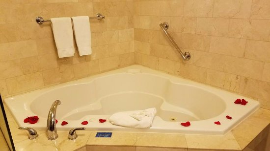 Viana Hotel & Spa, BW Premier Collection: One Balcony Suite jacuzzi; room for two!!