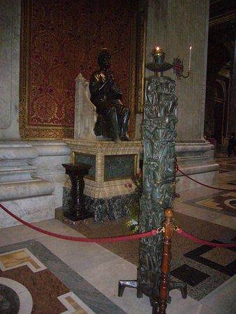 St. Peter Enthroned: la statua bronzea