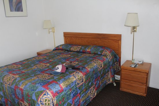 Mojave, كاليفورنيا: Comfortable bed with handy power outlets.