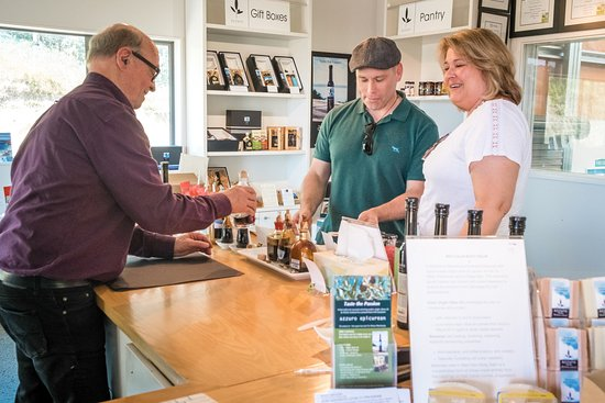 Waiheke Island, New Zealand: Happy customers at the tasting bar
