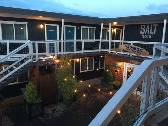 Ilwaco, WA: Looking out the door from room 20