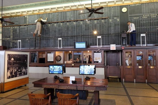 The Cotton Museum at the Memphis Cotton Exchange : View of the exchange with the video screens in the back and the middle of the place