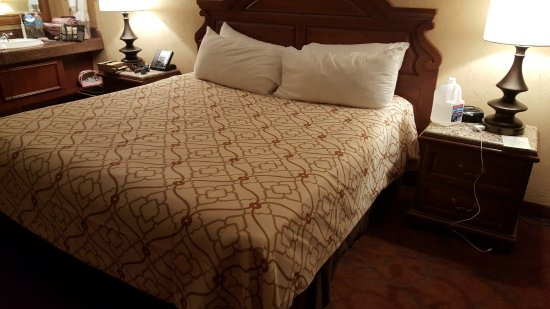 Chateau on the Lake Resort & Spa: Disgusting (maids put pillows on comforter's)