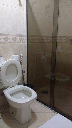 Santo Antonio De Padua, RJ: Banheiro apartamento cama casal