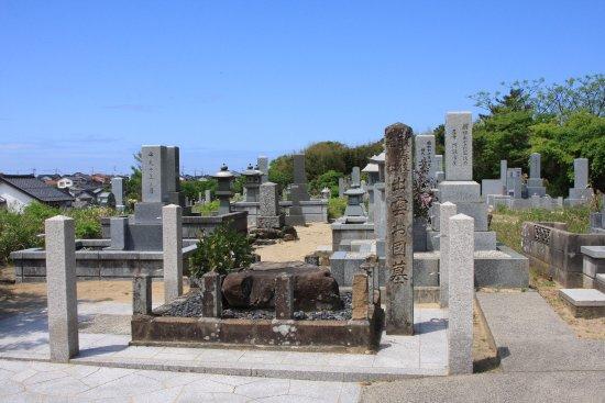 出雲阿国の墓, お墓を横から見た所