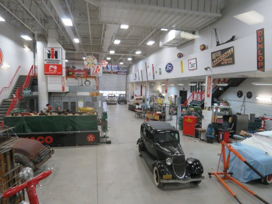 Wetaskiwin, แคนาดา: Shop where all the cars are restored