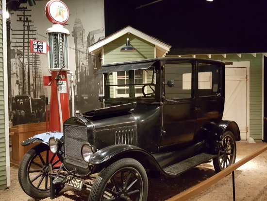 Pink Palace Museum: Museum Exhibit - 1923 Model T