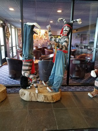 Best Western Plus Inn Of Williams: Kachina Native American dolls at the Kachina Lodge near dining room.