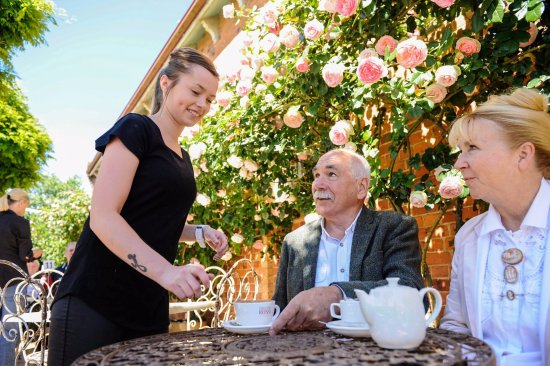 Evandale, Australia: Tea in the garden