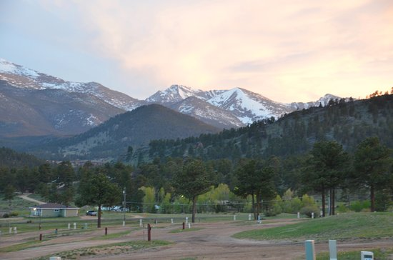 Elk Meadow Lodge & RV Resort: Sun hitting the mountains
