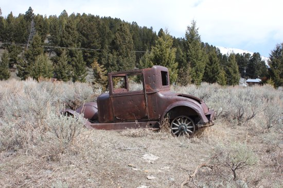 Boulder, MT: Old abandoned car