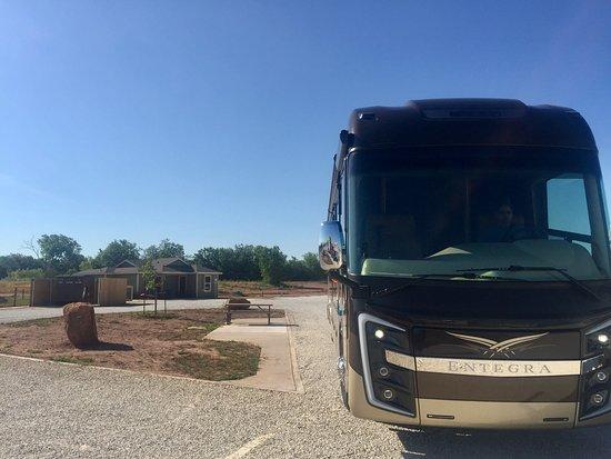 Abilene, تكساس: Deluxe corner lot. Nice, thick gravel cover, concrete sidewalk and picnic/sitting area.