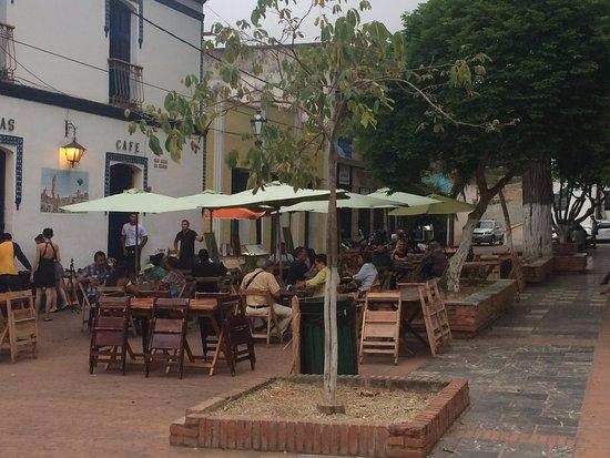 La Asunción, Venezuela: Area de mesas frente a la plaza