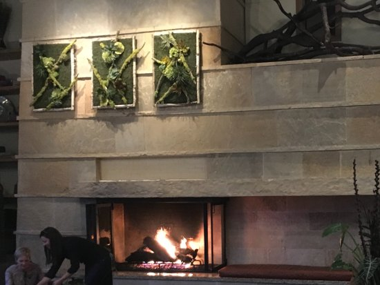 The Limelight Hotel: Fire place in restaurant area