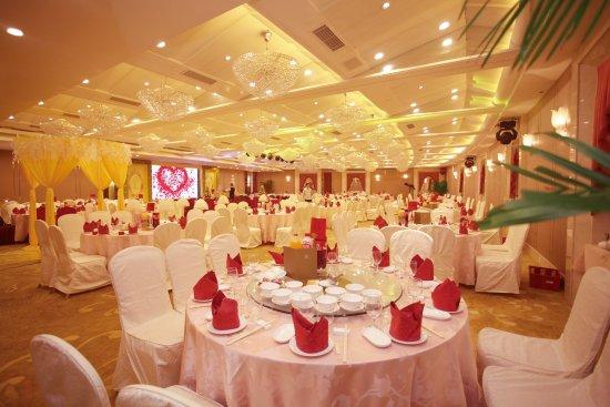 Heyuan, Κίνα: 华丽的国际宴会厅以最先进的配套设施、最经典前卫的装修设计和最完善的服务,成为河源最高档的社交活动场所,500平方米的国际宴会厅可同时容纳500人的会议或300人的宴会。